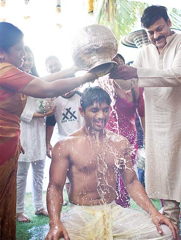 Chiranjeevi and Surekha give Arjun the traditional bath